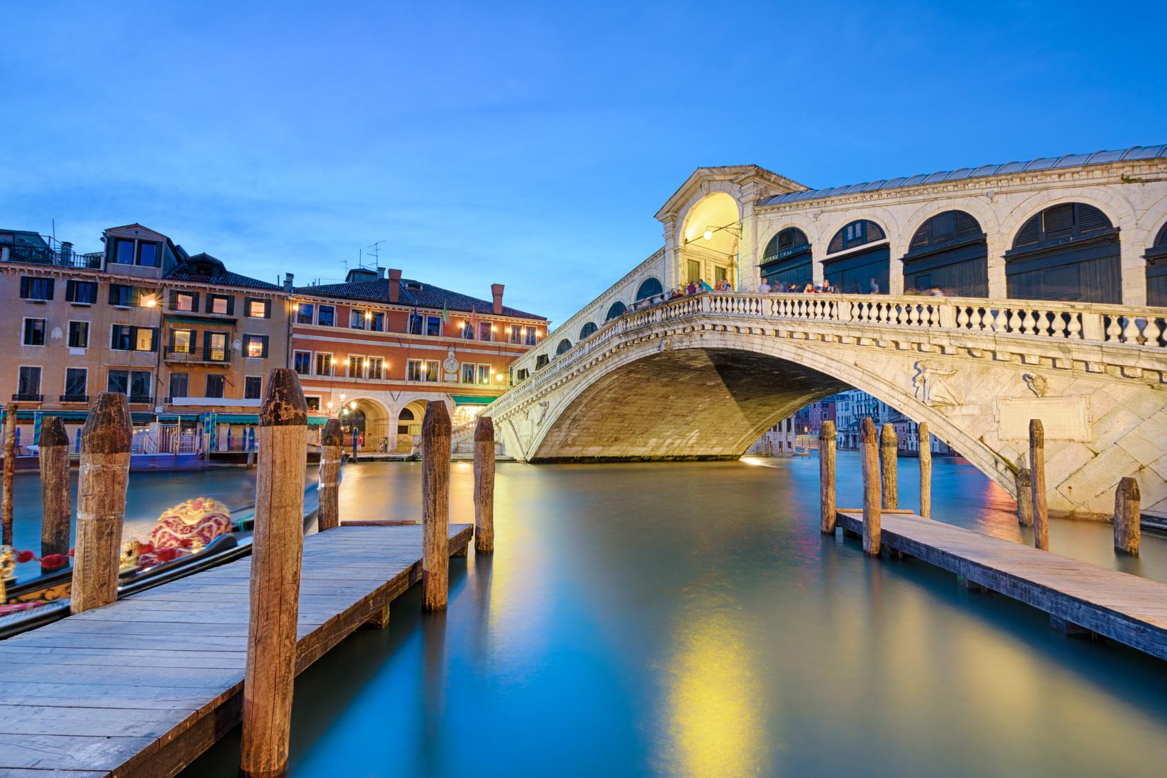 Panorama di Venezia di notte con Ponte illuminato