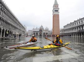 Canoe in piazza San Marco durante l'alta marea a Venezia