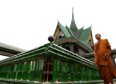 Thailandia, splendido tempio buddista costruito con le bottiglie di vetro