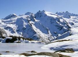 Lago ghiacciato a Cogne, Alto Adige