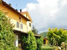 Una fattoria biologica con vista sulle colline del Monferrato