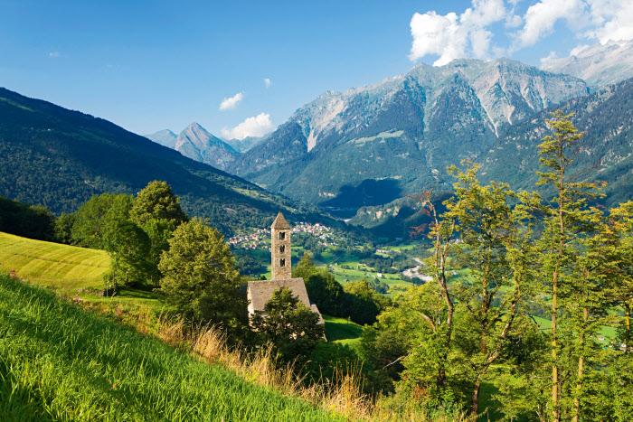 Foliage in Svizzera: San Carlo di Negrentino visto dalla Valle di Blenio in Canton Ticino
