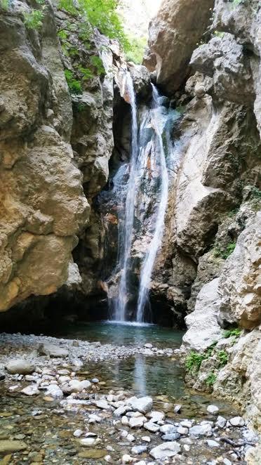 A piedi in Sicilia. Cascata tra le rocce
