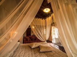 Camera Romantica del B&B eco-sostenibile Il Sole e La Luna, un ex convento tra i paesaggi della Langa