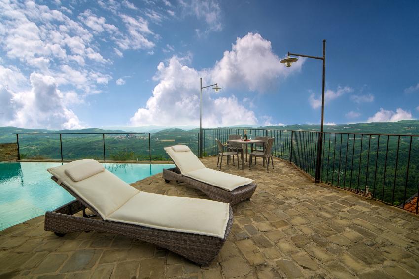 Terrazza panoramica del B&B eco-sostenibile Il Sole e La Luna, un ex convento tra i paesaggi della Langa
