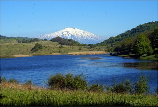Lago Biviere e vulcano Etna