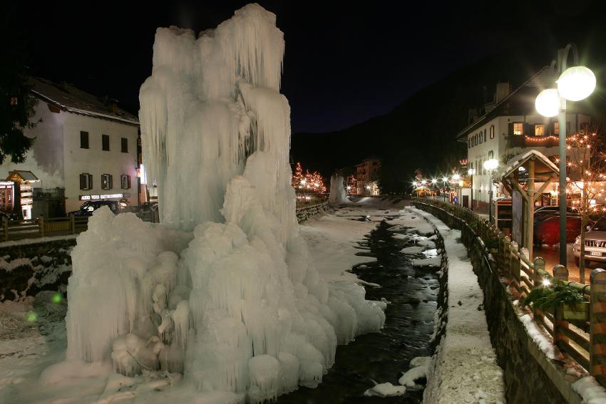 Scultura di ghiaccio nel centro storico di Moena, Trentino, di notte