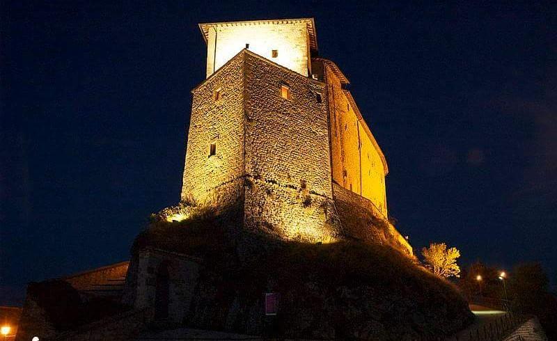 Il Castello di Frontone dove si svolge uno dei mercatini di Natale più originali e suggestivi d'Italia