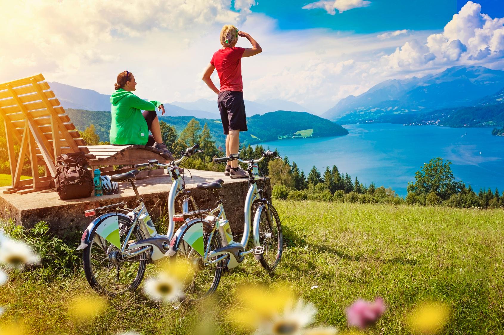 I vantaggi delle bici elettriche: turisti in e-bike