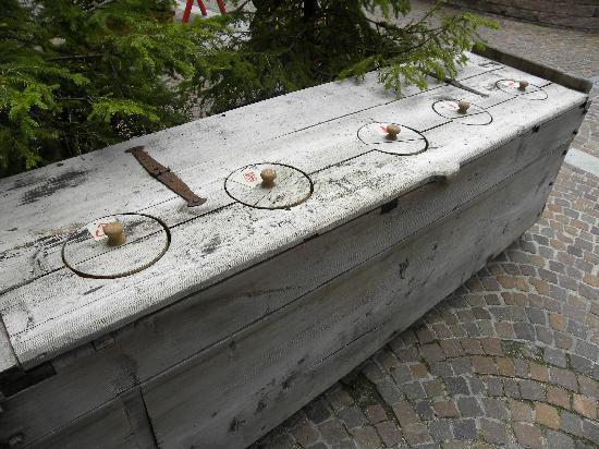 esempio di raccolta differenziata in stile alpino, all'hotel La Perla, Trentino Alto Adige