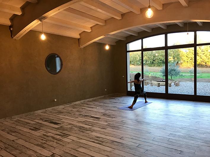 Spazio olistico con vista sulle colline della Toscana. Yoga presso l'agriturismo biologico Sant'Egle