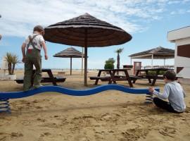 Rimini spiaggia fuori stagione, con giochi per bambini e caffé