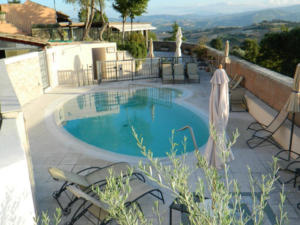 Casa Oliva, antico borgo nelle Marche trasformato in albergo diffuso, piscina
