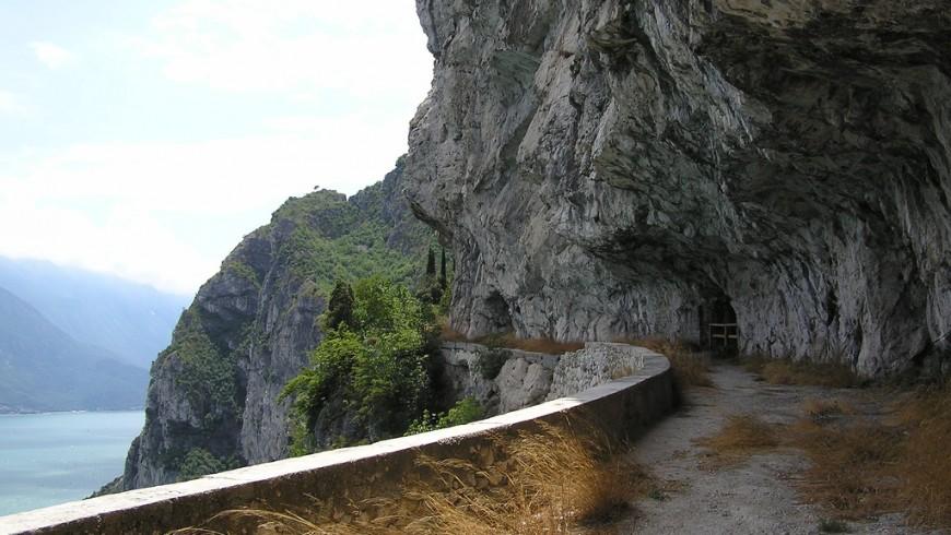 Il Sentiero del Ponale, camminare guardando il Lago di Garda