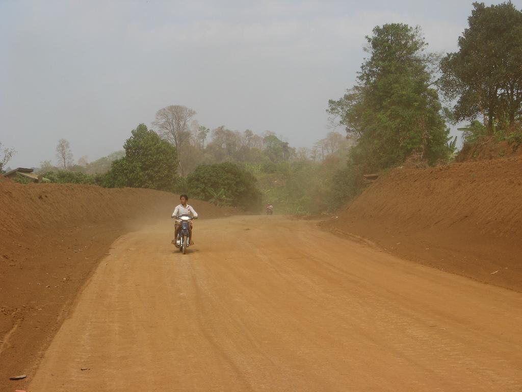 le strade di terra rossa della provincia di Ratanakiri, Cambogia