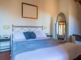 Casa Oliva, antico borgo nelle Marche trasformato in albergo diffuso, camera