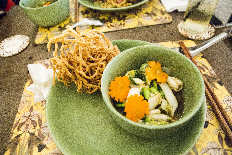 cucina tradizionale vietnamita: noodles fritti con calamaro e verdure