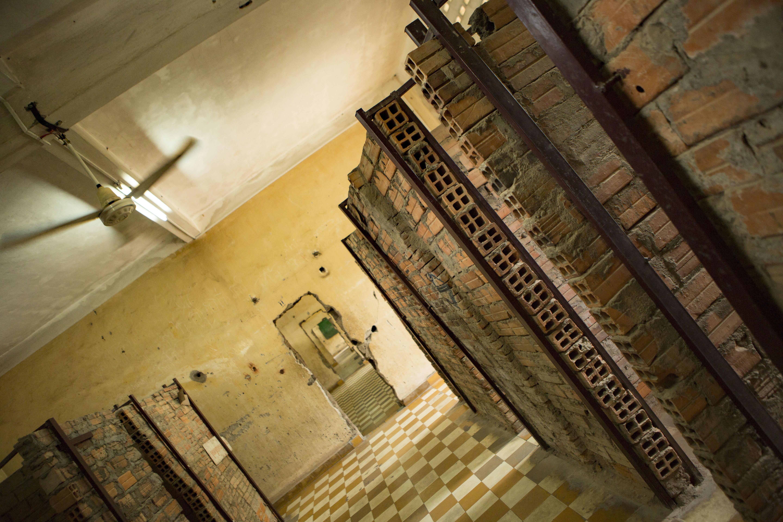 le minuscole celle improvvisate nella prigione di Tuol Sleng, Phnom Penh, Cambogia