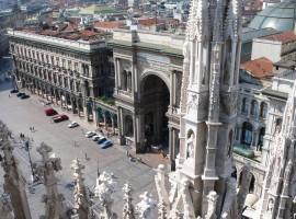 L'arco trionfale d'imbocco della Galleria Vittorio Emanuele II di Milano visto dal tetto del Duomo di Milano