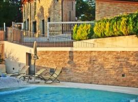 Casa Oliva, antico borgo nelle Marche trasformato in albergo diffuso, piscina esterna