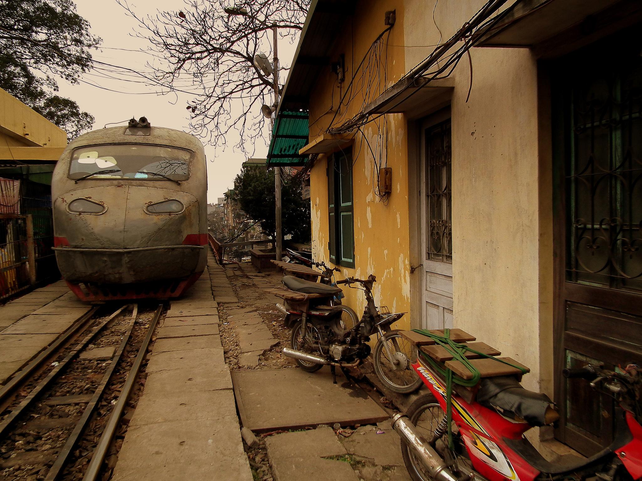 Vietnam in treno: i binari del Reunification Express corrono anche tra i vicoli