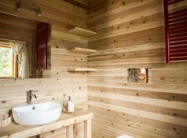 Bagno rivestito in legno naturale nella casa sull'alberoa Pamaparato, in provincia di Cuneo, Piemonte