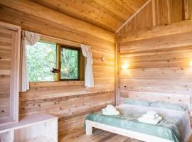 Camera da letto in legno naturale nella casa sull'alberoa Pamaparato, in provincia di Cuneo, Piemonte