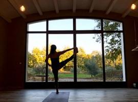 Vacanza in auto elettrica in Italia: agriturismo biologico con spazio per fare yoga, in Toscana