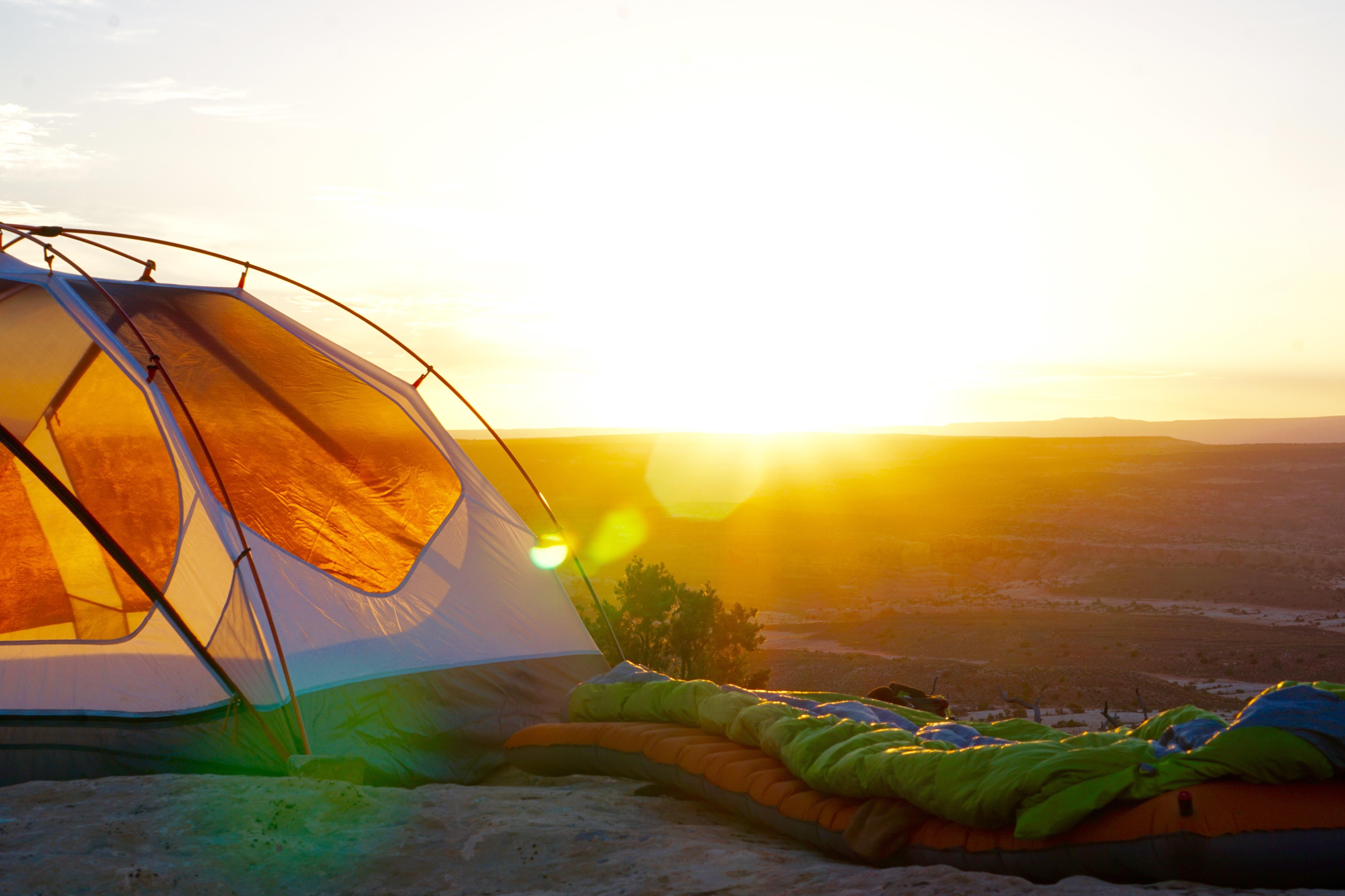Tenda circondata dalla natura, un suggerimento per chi viaggia è quello di scegliere hotel sostenibili