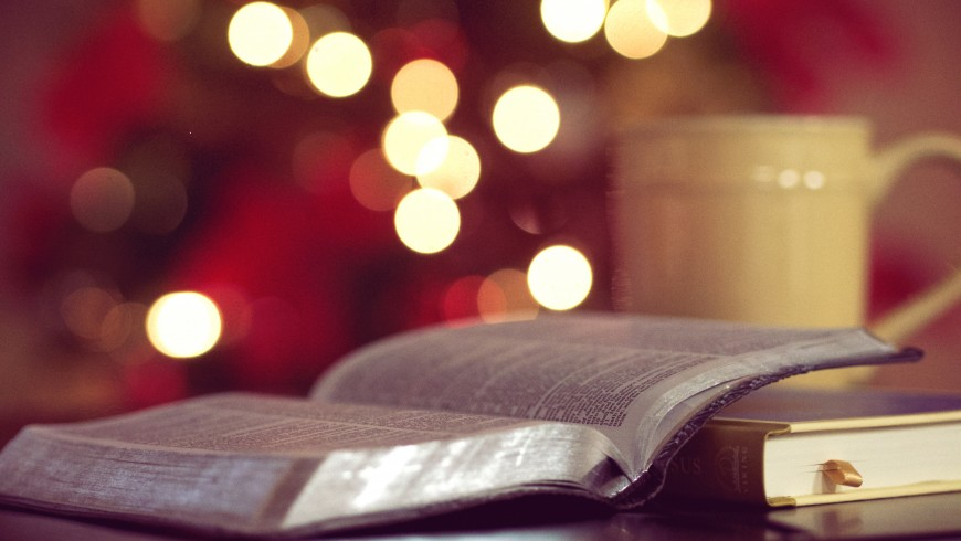 Libro aperto con luci natalizie, foto di Aaron Burden via unsplash