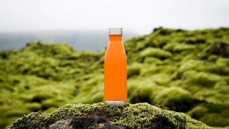 Bottiglia ecosostenibile, foto di Martin Sanchez via Unsplash