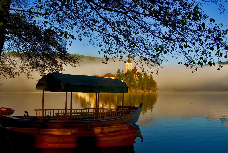 La tipica barca di legno di Bled, con la quale è possibile attraversare il lago e raggiungere l'isola