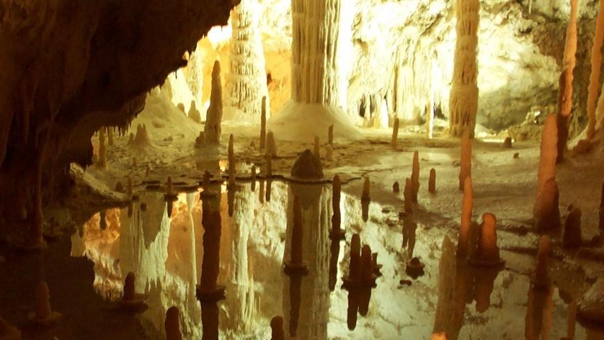 Le Grotte di Frasassi, un paradiso di stalattiti e stalagmiti, meraviglie nascoste foto di Wikimedia Commons