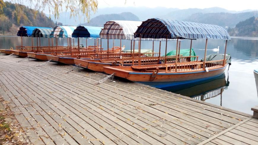 Pletna, barche di legno tipiche ormeggiate sul lago di Bled