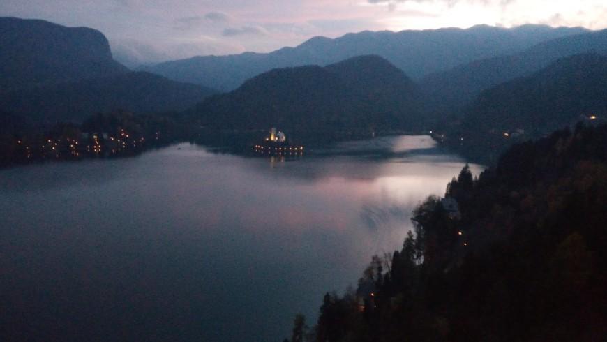 Paesaggio sul lago al tramonto dall'alto del castello di Bled