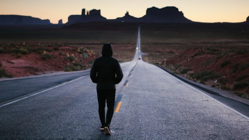 Viaggio senza aereo, a piedi lungo una strada