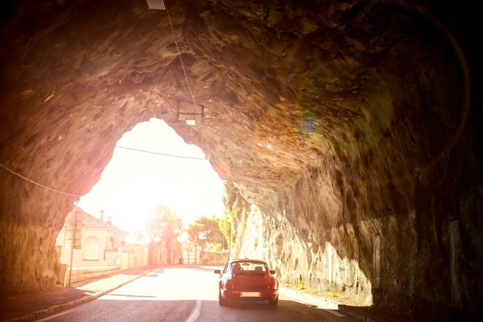 Auto in una strada storica in Italia