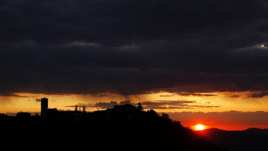 Silhouette di Castel D'Aiano, foto di Matteo Palmieri via flickr