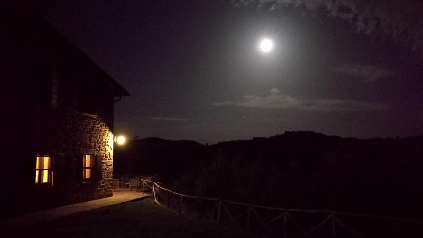 Notte di luna piena e silenzio all'agriturismo Guinzano, Umbria