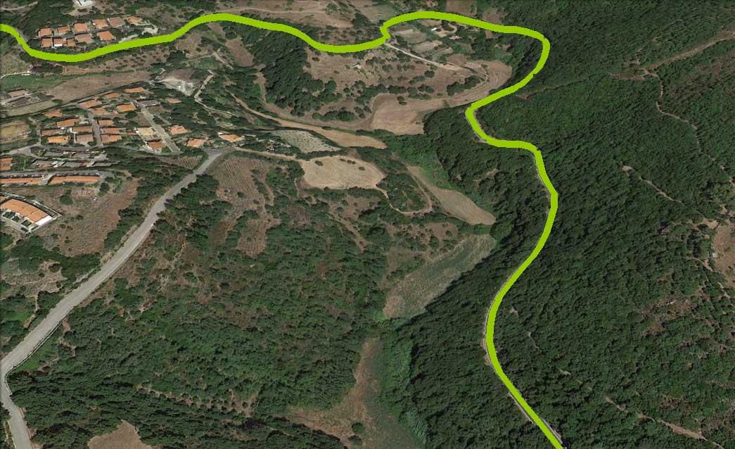 Tratto di percorso attraverso il verde delle foreste sarde, mobilità slow, foto via Il Giardino di Valentina