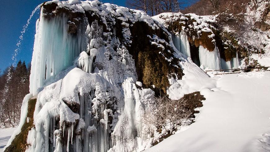 Vista invernale delle Grotte di Labante, Castel D'Aiano, foto di Wikimedia Commons