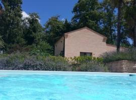 Agriturismo La Curtis, piscina e casa immersa nel verde, a Montalto nelle Marche