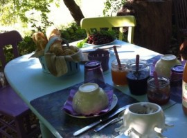 Tavolo esterno con prodotti biologici, La Maison Bleue, alloggi verdi