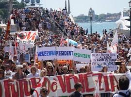 Troppi turisti a Venezia, protesta lungo i canali