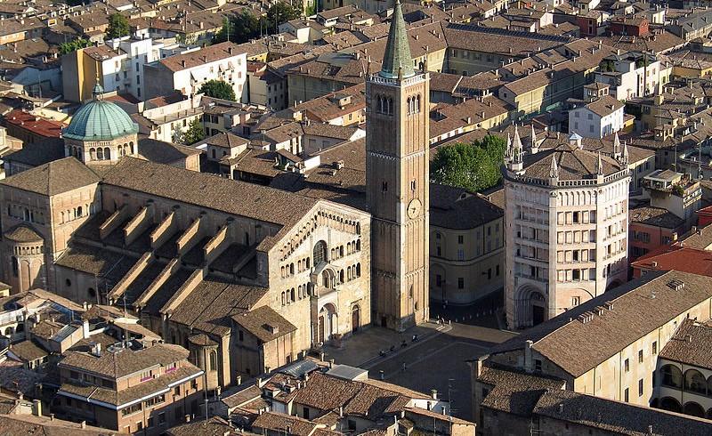 Vista aerea di piazza Duomo e Battistero di Parma, Emilia Romagna