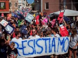 Overtourism, troppi turisti a Venezia, protesta dei residenti