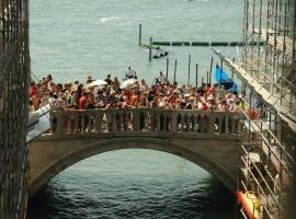 Ponte invaso dai turisti a Venezia