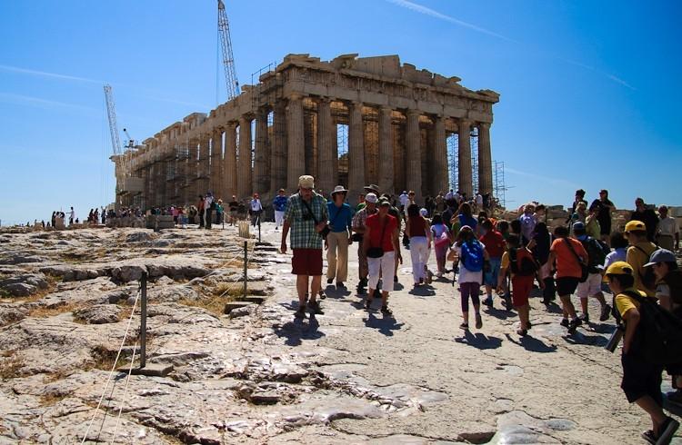 Turisti al Partenone. Qual'è l'impatto ambientale dei turisti?