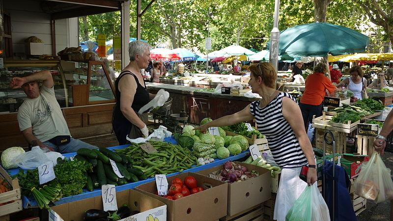 Bancarelle di frutta e verdura nella piazza del Mercato di Spalato