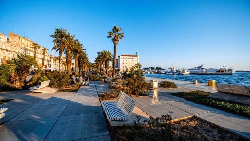Lungomare Riva, passeggiata verde con le palme, a Spalato.